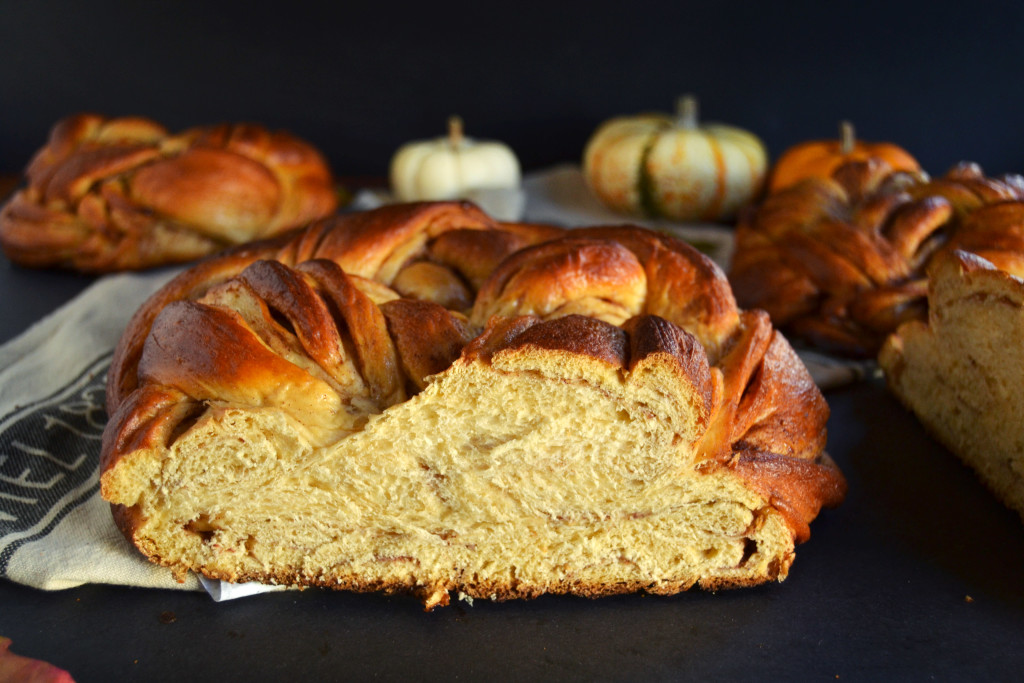 sliced-sweet-potato-challah-round-loaf-with-cinnamon-swirl