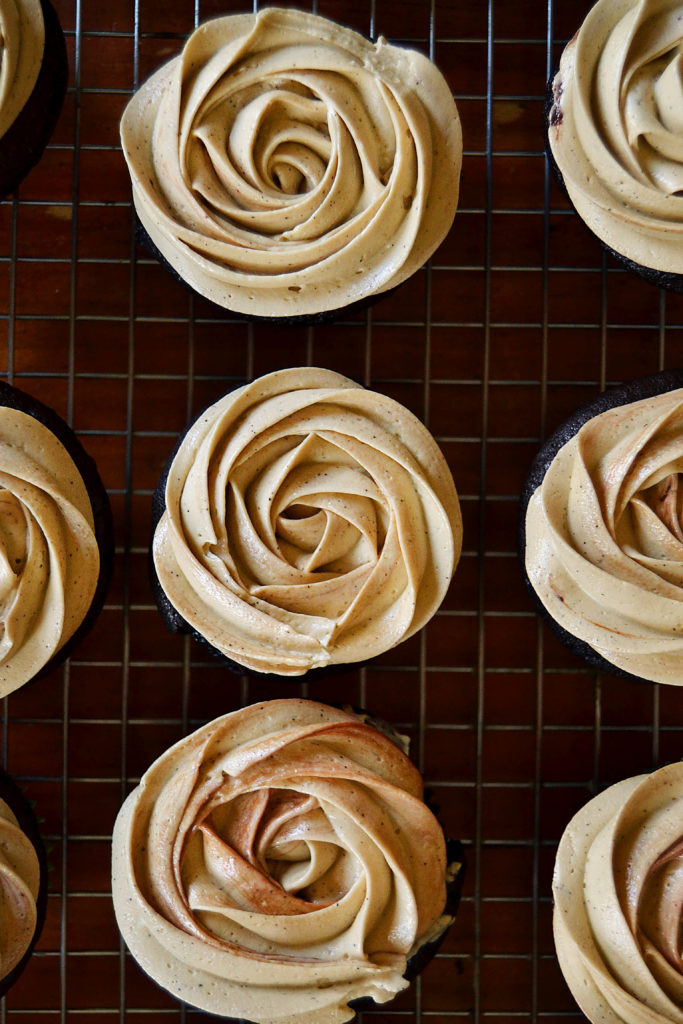 how to pipe frosting into a rose